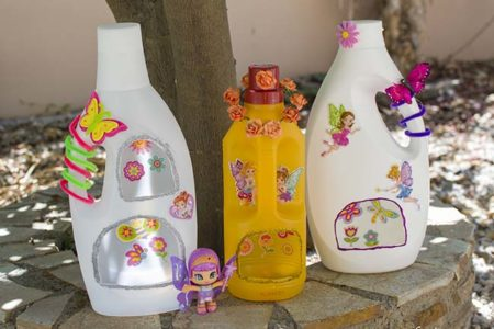 νεραϊδόσπιτα από άδεια μπουκάλια απορρυπαντικών