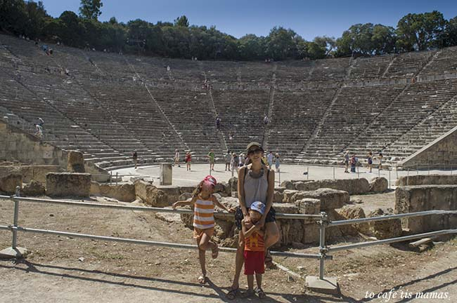 Στο αρχαίο Θέατρο Επιδαύρου.